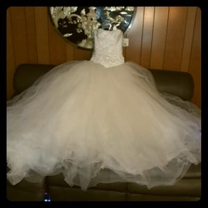 I'm selling a wedding dress that's never been worn